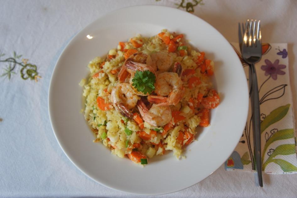 Fertige Blumenkohl-Karotten-Pfanne mit Krabben