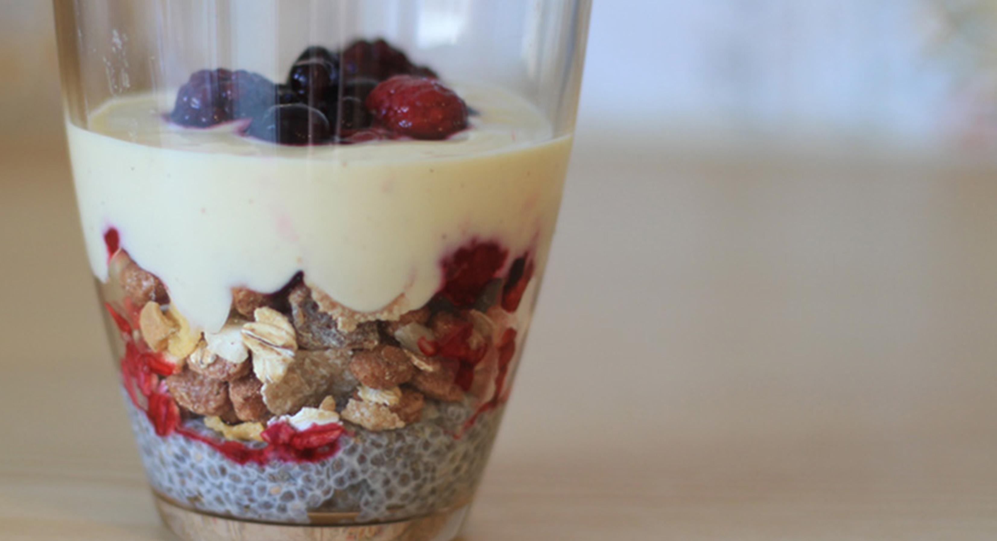 Chia-Pudding mit Früchten, Müsli und Joghurt