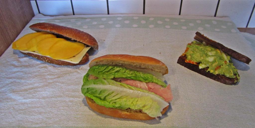 """<a href=""""/rezepte/super-sandwiches-schinken-blattsalat-majo"""">Super-Sandwiches: Schinken-Blattsalat-Majo</a>"""